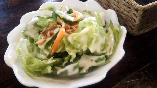 MOGUMOGU食べ歩きくまに登場するCAFE鈴木製作所のサラダ