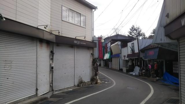旧軽井沢銀座ストリートのテニスコートへの道
