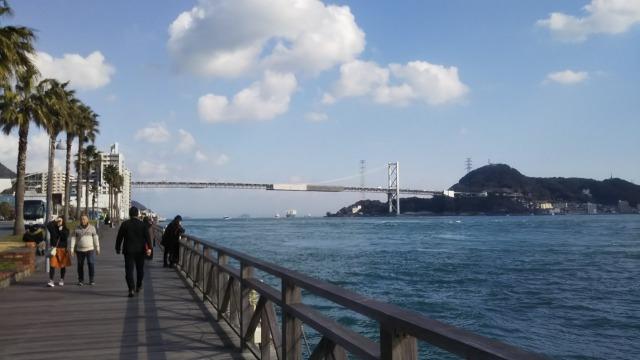 唐戸市場からみる関門橋