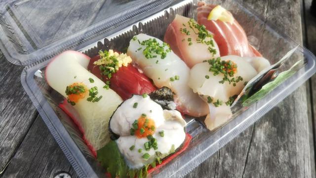唐戸市場で買ったお寿司