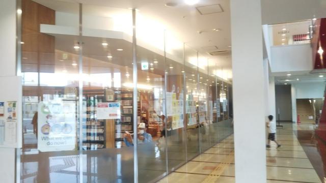 こうのすシネマ1階の図書館
