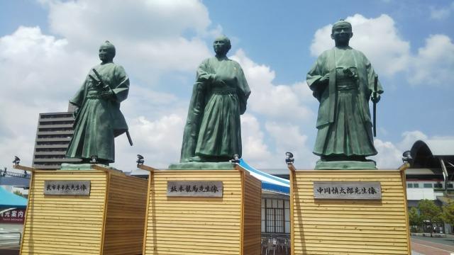 武市半平太、坂本龍馬、中岡慎太郎の像