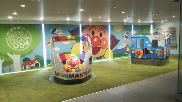 高知駅のアンパンマンのモニュメント